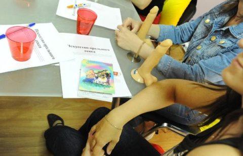 【ロシア エロ】ガチで存在する「フェラチオ教室」授業内容がこれ。サイコーwwwww・27枚目