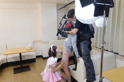 【エロ画像】AVの撮影現場(日本)この状況で勃起できるってスゲーよなwwwwww・28枚目