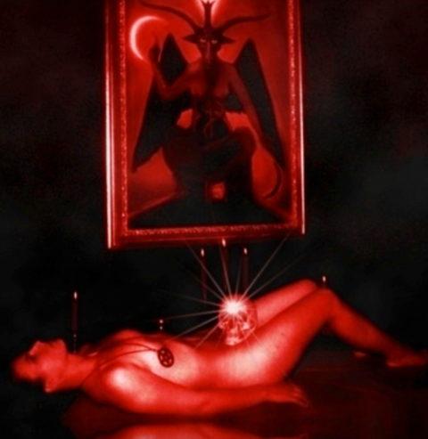 【エロ画像】オカルト教団が行う生贄の「儀式」思いの外エッチやったwwwwww・3枚目