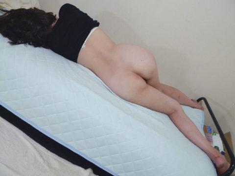 「マンコ丸出し」で寝てしまった事後の女性たちが撮影された写真まとめ。(エロ画像)・3枚目