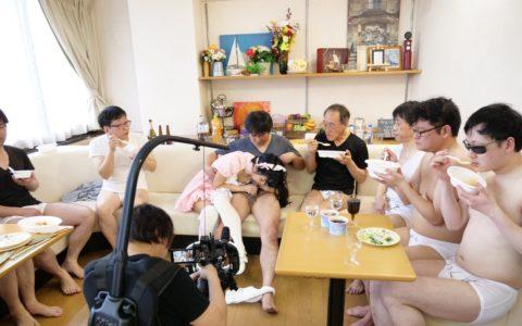 【エロ画像】AVの撮影現場(日本)この状況で勃起できるってスゲーよなwwwwww・3枚目