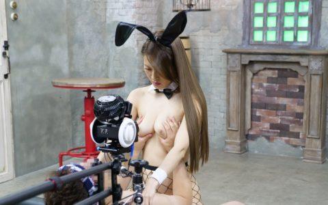 【エロ画像】AVの撮影現場(日本)この状況で勃起できるってスゲーよなwwwwww・33枚目