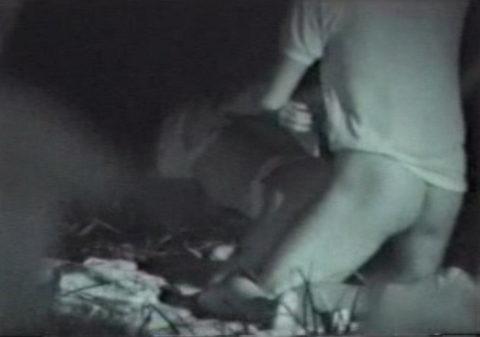 【エロ画像】夜の「青姦スポット」に赤外線カメラを仕込んだ結果wwwwwwww・36枚目