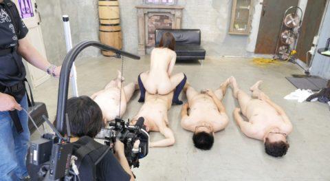 【エロ画像】AVの撮影現場(日本)この状況で勃起できるってスゲーよなwwwwww・45枚目