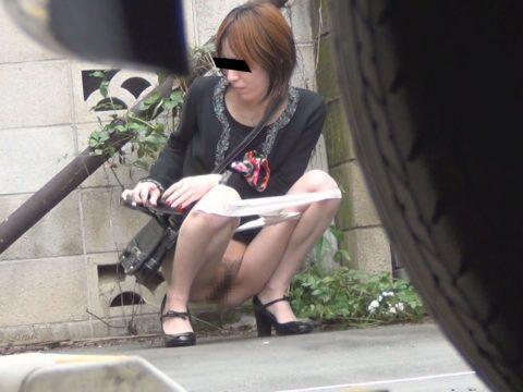 【エロ画像】羞恥心が無くなったJKさんお外で放尿して撮影されるwwwwww・16枚目
