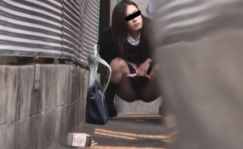 【エロ画像】羞恥心が無くなったJKさんお外で放尿して撮影されるwwwwww・24枚目
