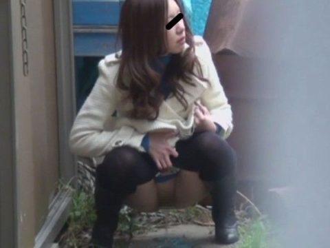 【エロ画像】羞恥心が無くなったJKさんお外で放尿して撮影されるwwwwww・3枚目