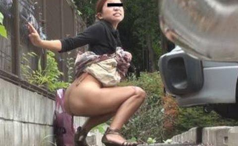 【エロ画像】羞恥心が無くなったJKさんお外で放尿して撮影されるwwwwww・5枚目
