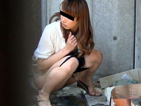 【エロ画像】羞恥心が無くなったJKさんお外で放尿して撮影されるwwwwww・6枚目