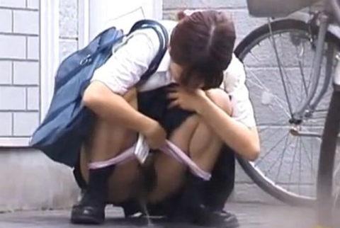 【エロ画像】羞恥心が無くなったJKさんお外で放尿して撮影されるwwwwww・8枚目