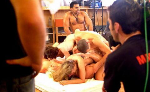 【海外エロ】本場のポルノ撮影現場が放送された。普通にドキュメントやんwwwww・5枚目