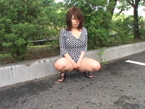 【野外露出】大胆不敵なド変態女さん、こんな所ではアカンでしょーwwwwww(エロ画像)・5枚目