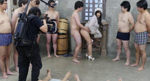 【エロ画像】AVの撮影現場(日本)この状況で勃起できるってスゲーよなwwwwww・5枚目