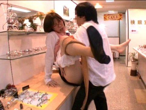 【エロ画像】店内でセックスする男女。堂々としすぎて狂ってるわ。。・5枚目