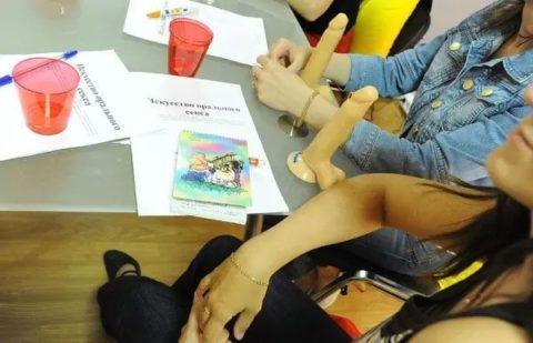 【ロシア エロ】ガチで存在する「フェラチオ教室」授業内容がこれ。サイコーwwwww・7枚目
