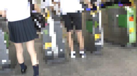 【チカン映像】パンツ切って生挿入する痴漢の盗撮映像。。ガチでヤッてるやんwwwww・3枚目