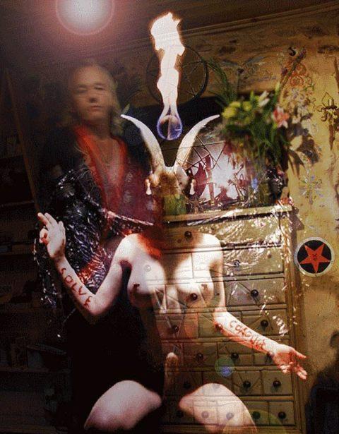 【エロ画像】オカルト教団が行う生贄の「儀式」思いの外エッチやったwwwwww・8枚目