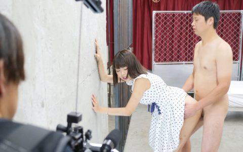 【エロ画像】AVの撮影現場(日本)この状況で勃起できるってスゲーよなwwwwww・8枚目