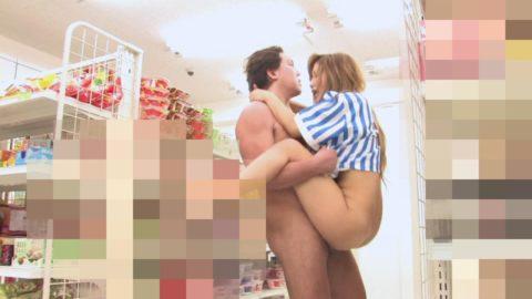 【エロ画像】店内でセックスする男女。堂々としすぎて狂ってるわ。。・8枚目