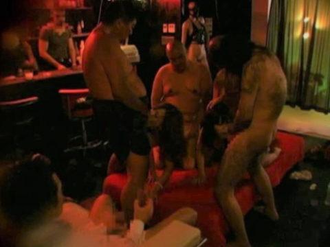 【エロ画像】本場のハプニングバーの光景。ただの乱交場やんwwwww