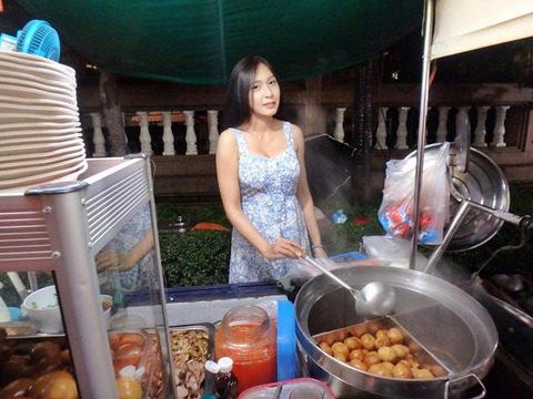 台湾の屋台の売り子さん、谷間 で客引きをしてる件。。(エロ画像53枚)・2枚目