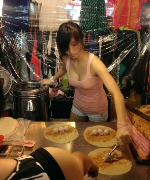 """【おっぱい店員】タイの屋台まんさん""""谷間""""で売上をアップさせるwwwww・1枚目"""