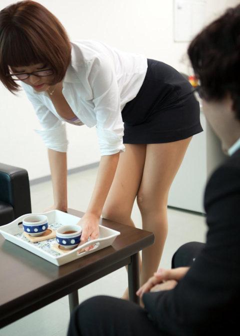 【エロ画像】Yシャツがパッツパツになってる巨乳OLさんが撮影される。(27枚)・11枚目