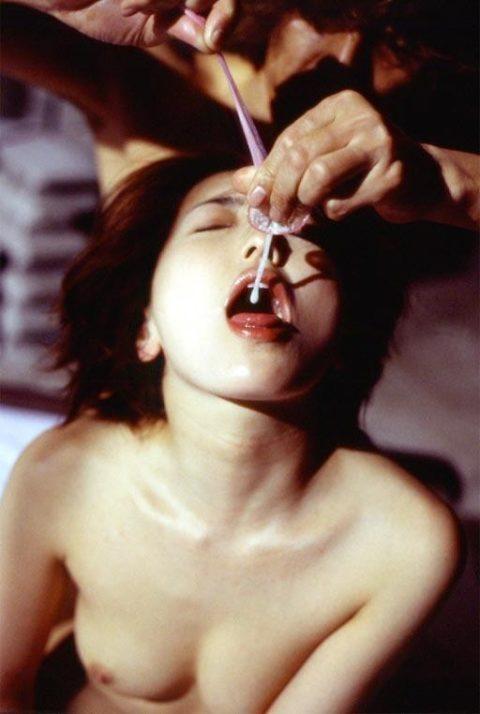 【エロ画像】事後にこうやってザーメン飲む女、さすがに引くわ・・・・・11枚目