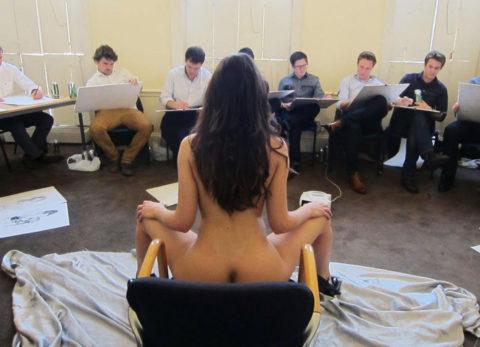 【エロ画像】ヌードデッサンのモデル女さん、過酷な状況びビビるwwwwww・12枚目