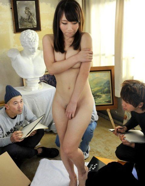 【エロ画像】ヌードデッサンのモデル女さん、過酷な状況びビビるwwwwww・13枚目