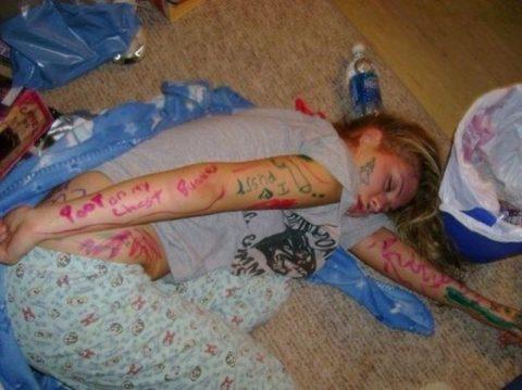 おっぱい丸出しで寝てる彼女激写したったwwwwww的なエロ画像(106枚)・35枚目
