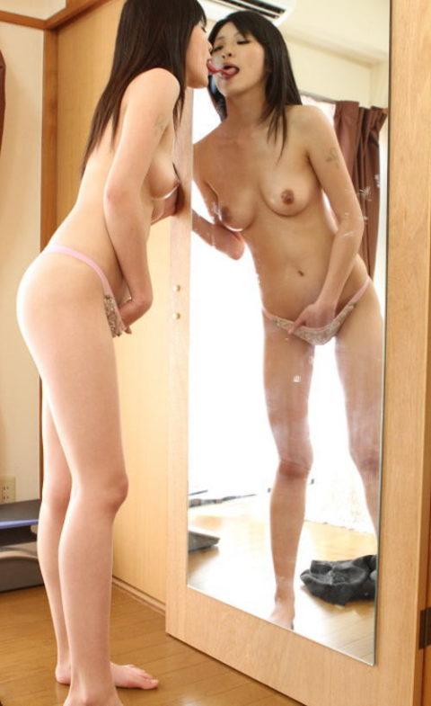 【エロ画像】鏡で自身のマンコを見ながらオナニーする女の子たち。。・17枚目