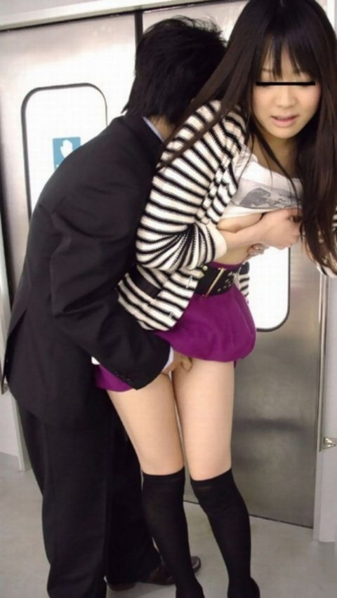 【痴漢の瞬間】電車で被害に遭っている女性たちの反応をご覧ください・・・114枚・17枚目