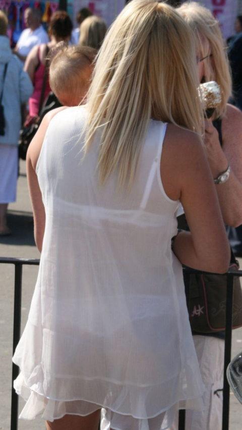 【透け乳首】シースルーファッションの素人娘たちを盗撮したエロ画像wwwwww・2枚目