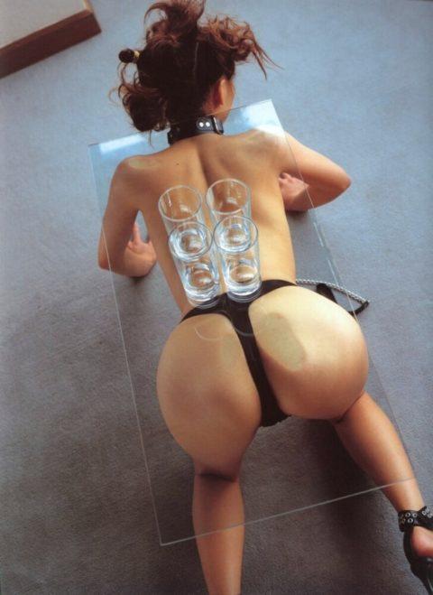 【エロ画像】金持ちが奴隷女に「やる事」がこれ…ヒドくない?wwwww・22枚目