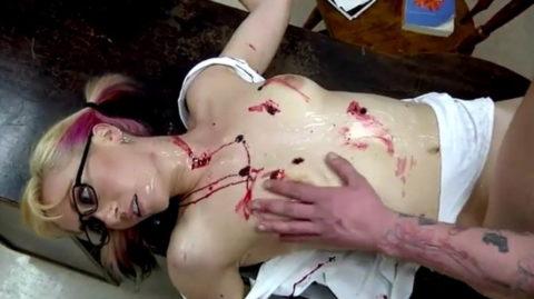 レイプ殺人現場(フェイク)の女性たちの姿がこちらです…リアルすぎない??(25枚)・3枚目