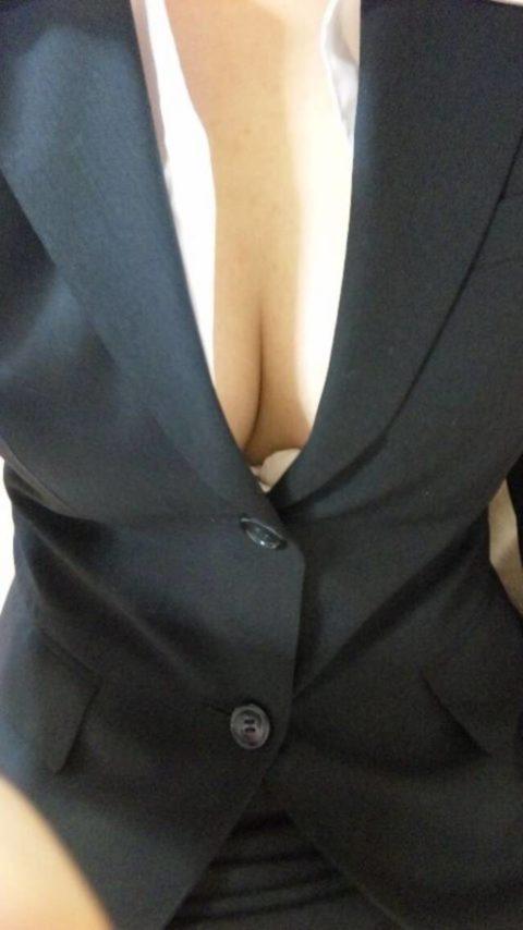 【エロ画像】Yシャツがパッツパツになってる巨乳OLさんが撮影される。(27枚)・4枚目