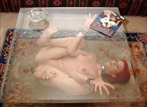 【エロ画像】金持ちが奴隷女に「やる事」がこれ…ヒドくない?wwwww・5枚目