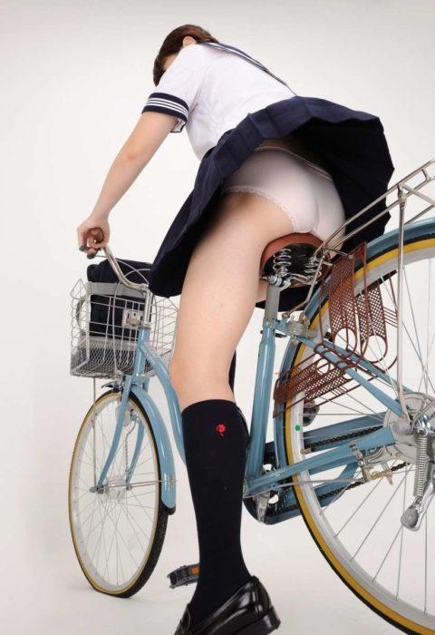【JK エロ】自転車に乗る女の子をローアングルから覗いてみたwwwwwwww・19枚目