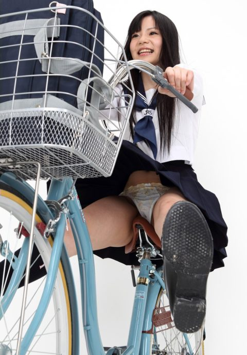 【JK エロ】自転車に乗る女の子をローアングルから覗いてみたwwwwwwww・2枚目