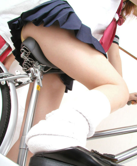 【JK エロ】自転車に乗る女の子をローアングルから覗いてみたwwwwwwww・29枚目