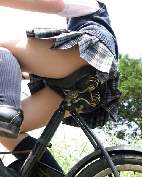 【JK エロ】自転車に乗る女の子をローアングルから覗いてみたwwwwwwww・3枚目