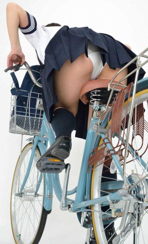 【JK エロ】自転車に乗る女の子をローアングルから覗いてみたwwwwwwww・5枚目