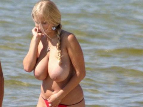 ヌーディストビーチの巨乳娘たち・・・これは勃起不可避やろぉ(エロ画像)