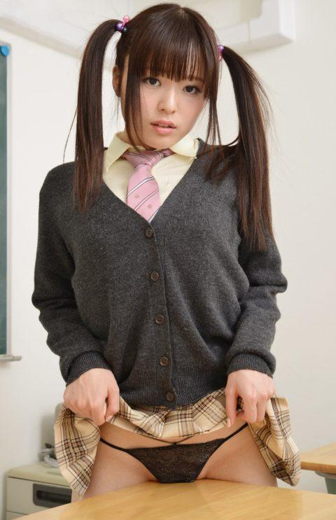 【露出エロ】バレないように学校内で露出を撮影する女の子たちがコチラwwwww(64枚)・1枚目