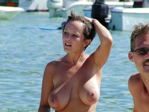 ヌーディストビーチの巨乳娘たち・・・これは勃起不可避やろぉ(エロ画像)・1枚目