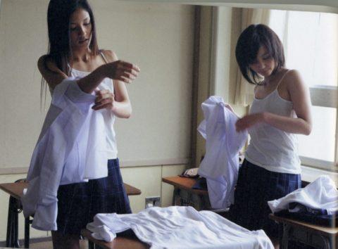 【エロ画像】教室でお着替えする女子学生が撮影される。これは芸術ですwwwwww・21枚目