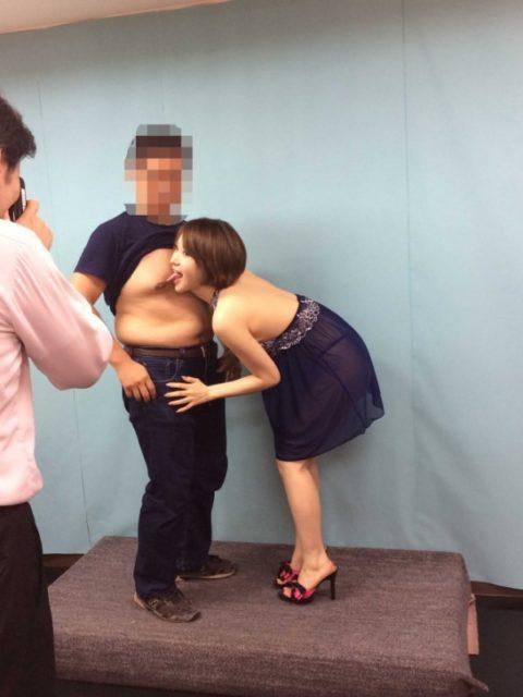 AV女優のサイン撮影会でのサービスが過剰すぎる…マンコ顔に付けたらアカンやろwwww(画像あり)・18枚目