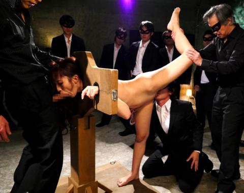 【エロ画像】ギロチン拘束とかいう拷問器具でヤラれる女たち。。(25枚)・2枚目