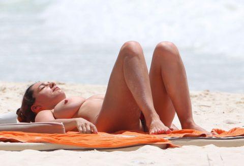 ヌーディストビーチの巨乳娘たち・・・これは勃起不可避やろぉ(エロ画像)・2枚目